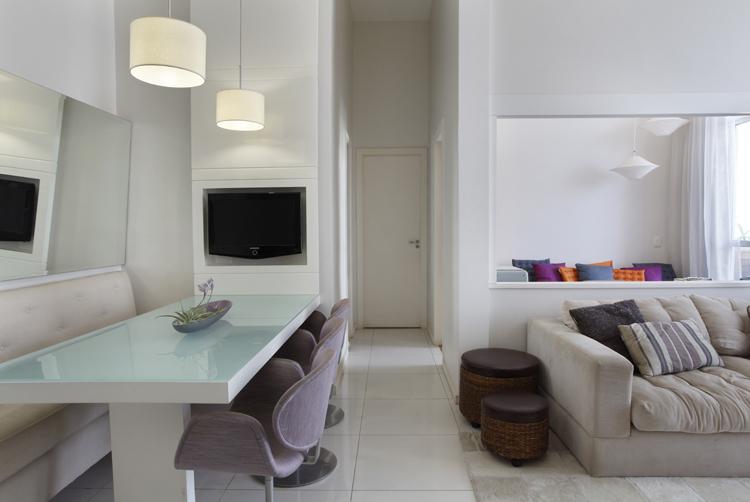 Decorar Sala Pequena Com Espelhos ~  , traz um bom exemplo de utilização de sofá na sala de jantar