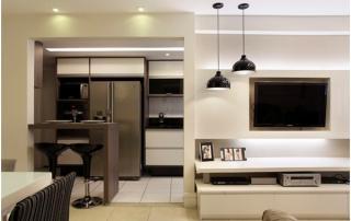 Decorção de sala de estar pequena integrada a sala de jantar e cozinha