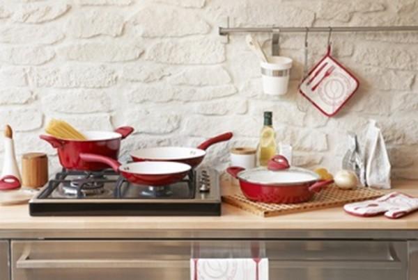 Cozinha com objetos coloridos