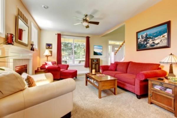 Sala com móveis vermelhos