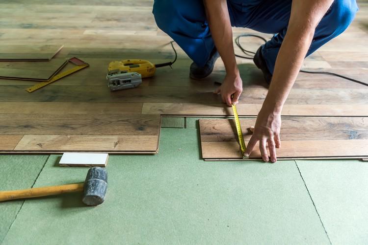 Aplicação de piso laminado em ambiente