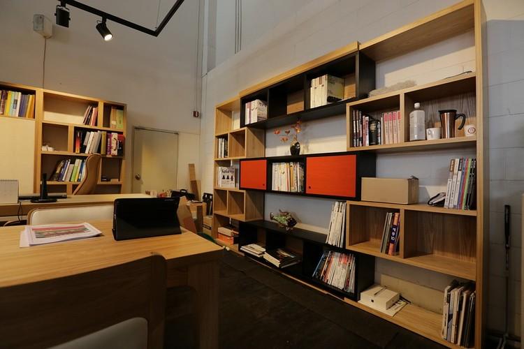 Tenha nichos para organizar e decorar seu home office