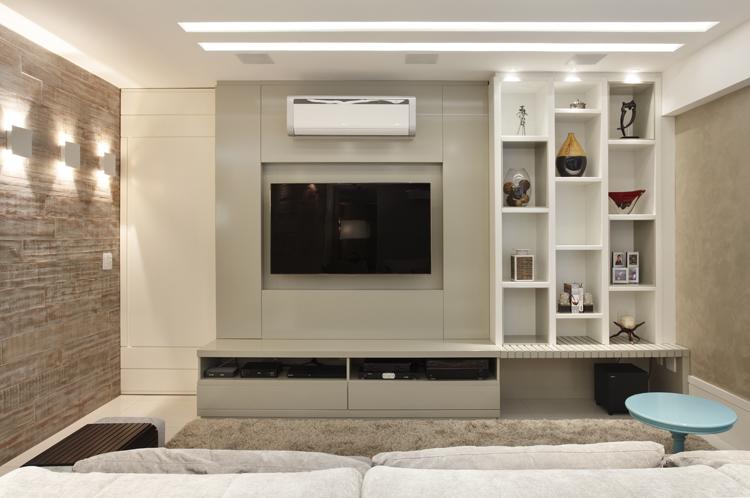 Use módulos e nichos para decorar uma sala de estar pequena